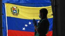 Gobierno venezolano y oposición firman acuerdo durante el inicio del diálogo en México para buscar salida a la crisis de Venezuela