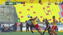 Lucas Villafañez cae en el área y Monarcas pide penal