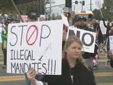 """""""Yo quiero decidir por mis hijos"""": protestas en el de sur de California en contra de la medida que exige la vacuna covid a estudiantes"""