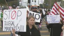 """""""Quiero poder escoger para mi hijo"""": protestan en Los Ángeles contra mandato de vacunación en escuelas"""