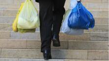 Entró en vigor el cobro del impuesto a las bolsas plásticas y de papel en Chicago