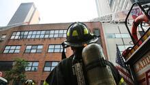 Miles de policías y bomberos de NYC se podrían quedar sin trabajar por incumplir el mandato de vacunación