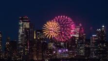 Fuegos artificiales iluminan Nueva York para celebrar que el 70% de su población ya está vacunada contra el covid-19