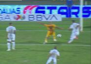 ¡La deja ir! Carlos González no logra empujar el balón para el gol