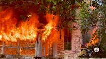 Bomberos investigan un incendio ocurrido en una casa en el suroeste de Miami