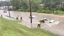 Así fue el rescate de estas personas tras quedar atrapadas en una calle convertida en un lago por las intensas lluvias