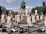 Aeromozas se quitan la ropa como protesta por cierre de Alitalia