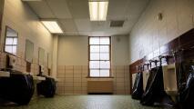 Menor de edad habría sido abusada por varios jóvenes en el baño de una escuela en Hamilton