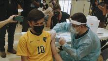 Activan clínicas móviles en escuelas de Los Ángeles para vacunar a estudiantes contra el covid-19