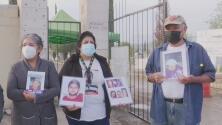 """""""Nunca dejaremos de buscar"""": familias se reúnen frente a una fosa común en México"""