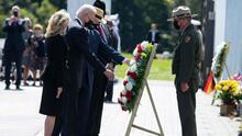 Biden se reúne con familiares de las víctimas del vuelo 93 y presenta una ofrenda floral en homenaje