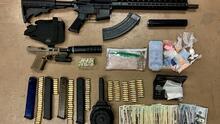 Encuentran vehículos robados, armas, y drogas en posesión de dos sospechosos en Bakersfield