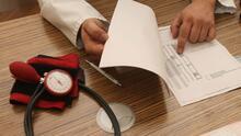 ¿Qué requisitos deben cumplir los padres para calificar a la cobertura del seguro médico de sus hijos?