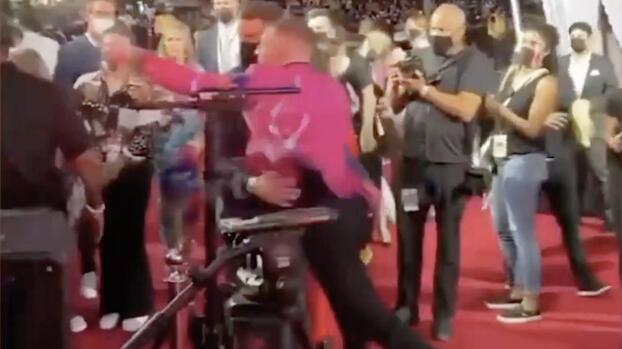 McGregor tira golpes y bebidas en plena entrega de premios de música