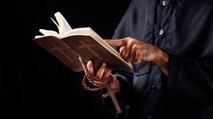 """🎥 Un pastor les afeita el vello púbico a mujeres para que puedan """"recibir al espíritu santo"""""""