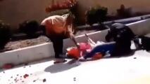 En video: Un vendedor de flores es atacado por una mujer afuera del Cementerio Inglewood Park
