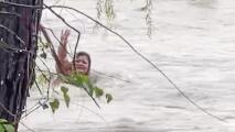 Corriente arrastra a una conductora tras fuertes lluvias en Texas y así se salvó de ahogarse