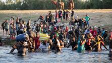 Por temor a deportaciones, migrantes que esperaban bajo el puente en Del Río, Texas, regresan a México