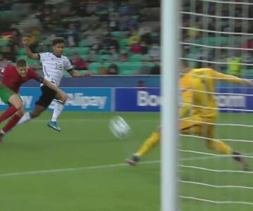 ¡En plan grande! Karim Adeyemi se escapa y Diogo Costa ataja con el pie