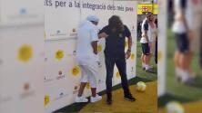 ¡Toma eso Puyol! Ronaldinho le hizo tremendo túnel al español