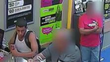 En video: Un sujeto le roba casi 2,000 dólares a un anciano en Nueva York y huye corriendo