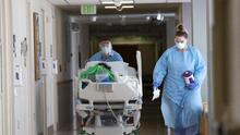"""""""Para ellos es solo un negocio"""": seguro médico le exige a pareja $257.000 tras la muerte de su bebé en el hospital"""