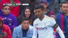 Con una barrida providencial Carlos Vela evita el gol en su portería