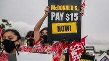 """""""Somos trabajadores esenciales"""": empleados de cadenas de comida rápida en Miami exigen un salario mínimo justo"""