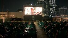 Disfruta del cine al aire libre y con sana distancia arriba de un edificio en Houston