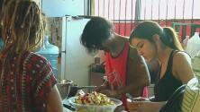 Jóvenes en Tijuana trabajan en iniciativa de reciclaje de comida para alimentar a menos favorecidos