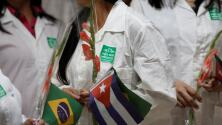 AMLO negocia con Cuba un acuerdo para recibir a los médicos que dejan Brasil