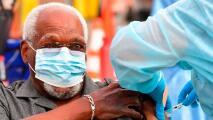 Coronavirus: Los esfuerzos en Los Ángeles para aplicar la vacuna de refuerzo a mayores de 65 años