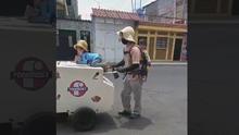 Este padre que vende helados con sus hijos necesita ayuda para seguir adelante