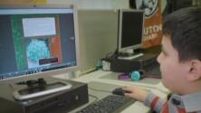 Houston ISD lanza campaña para identificar y ayudar a estudiantes que no asistieron a clases en línea