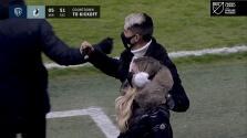 Alan Pulido acude al estadio para apoyar a Sporting KC desde la tribuna