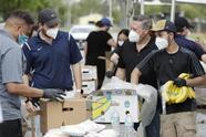 Trabajadores y voluntarios reparten comida de forma semanal en parques de Miami-Dade.