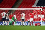 Inglaterra sufre pero vence a Polonia con gol de Maguire