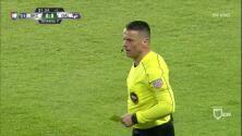 Tarjeta amarilla. El árbitro amonesta a Carlos Cermeño de FC Dallas