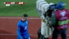 ¡Tarjeta Roja! Bernard Berisha recibe la segunda amarilla y se va del juego.