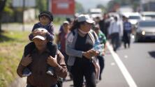Un nuevo grupo de salvadoreños emprende el camino hacia México siguiendo a la caravana de migrantes