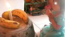Pastel improvisado: familia utiliza unos plátanos para festejar a su hija por falta de dinero
