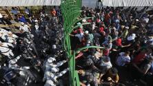 Decenas de migrantes intentan ingresar a la fuerza a México y son detenidos por la Guardia Nacional