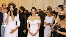 El vestido de Alexandria Ocasio-Cortez en la gala del Met: por delante, blanco y formal; por detrás un mensaje político