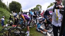 Arrestan espectadora que causó caída en el Tour de Francia