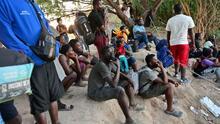 Miedo y tensión: decenas de haitianos continúan varados en Ciudad Acuña, México, sin poder salir a las calles