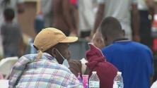 Buscan voluntarios para ayudar en la atención a inmigrantes que llegan a un albergue temporal en Houston