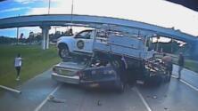 Video: Este conductor pierde el control de su camioneta y termina aterrizando sobre tres autos