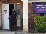 Jueza de Texas protege temporalmente a clínicas contra demandas de grupo antiaborto
