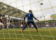 Tim Howard ataja sobre la línea de gol