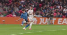 ¡Corte salvador! Di Lorenzo se tiene que cruzar para evitar el gol de España